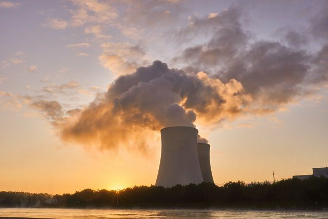 Nuclear power plants generate relatively cheap electricity - but they also have many disadvantages and risks.